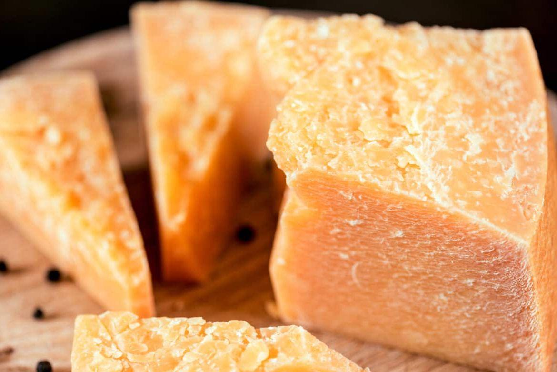 Белые пятна на сыре пармезан - что это значит?