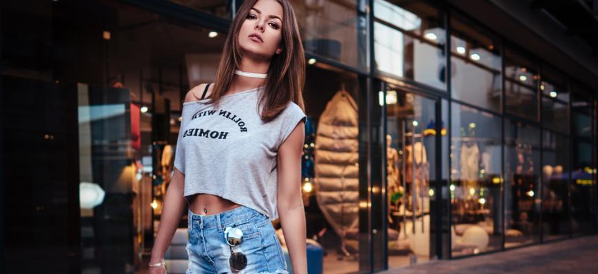 С чем носить короткую футболку?
