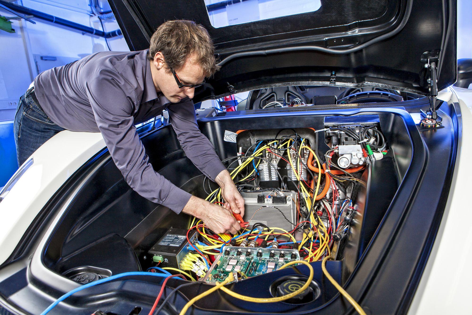 Ремонт автомобиля. Автомобильный электромеханик. Какие услуги он оказывает?